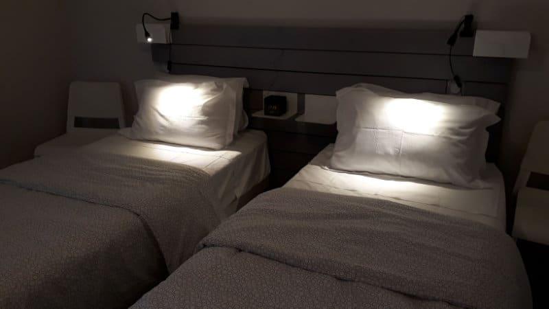 Chambre éclairée avec lits simples logement pour cure à Jonzac