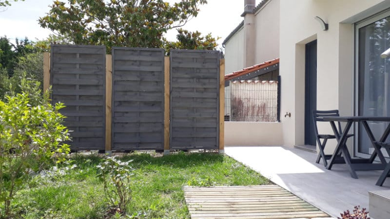 Jardinet et terrasse privative devant location cure Jonzac