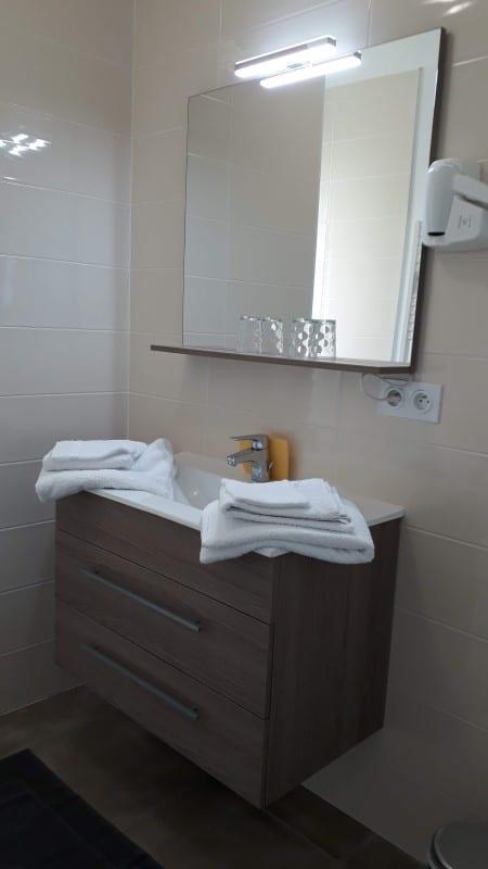 Meuble vasque et sèche-cheveux dans un logement pour cure à Jonzac
