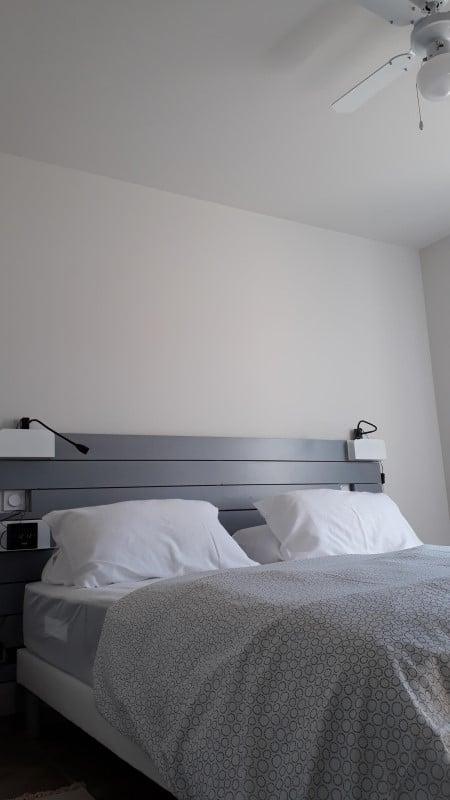 Chambre aérée et ventilée par un plafonnier dans une location pour cure à Jonzac