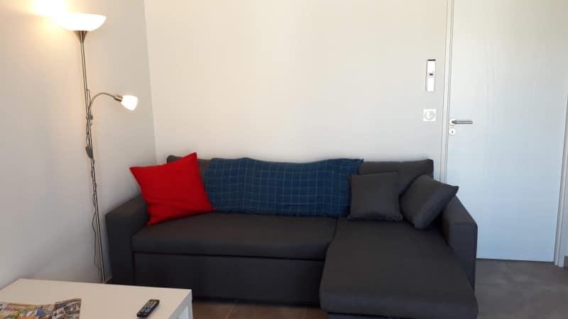 Canapé d'angle avec méridienne convertible dans une location thermale et touristique à Jonzac