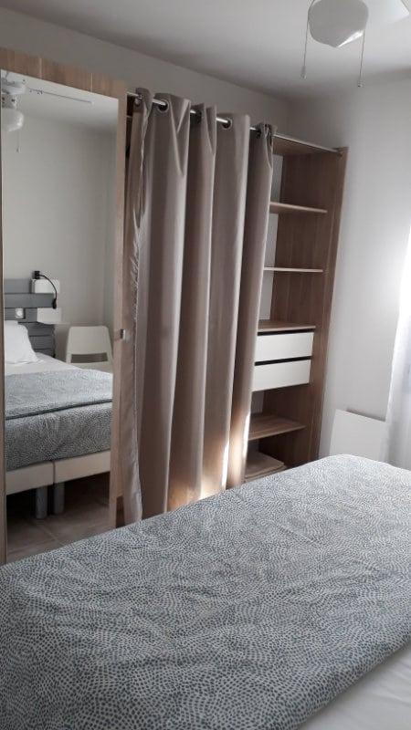 Rangements tiroirs, penderie, étagère dans grand dressing appartement Jonzac
