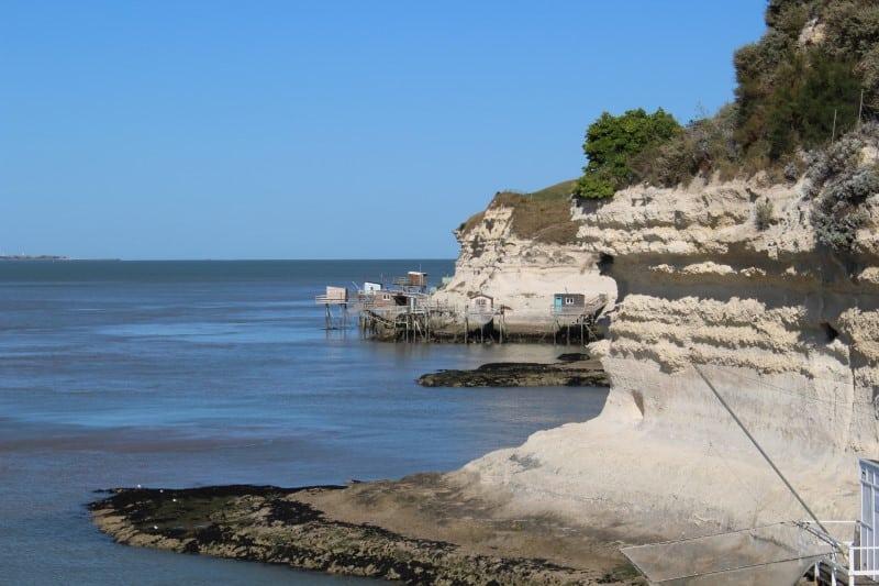 Conches entre les falaises à Meschers-sur-Gironde dans l'estuaire de la Gironde