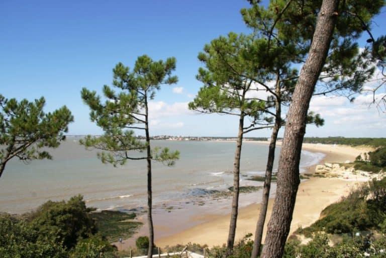 Grande plage de Saint-Georges-de-Didonne à la sortie de l'estuaire de la Gironde