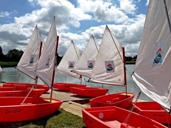 Voile sur le plan d'eau dédié aux activités nautiques