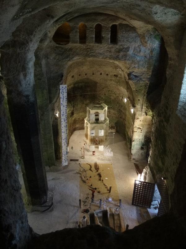 Vue plongeante de la nef de l'église souterraine d'Aubeterre-sur-Dronne