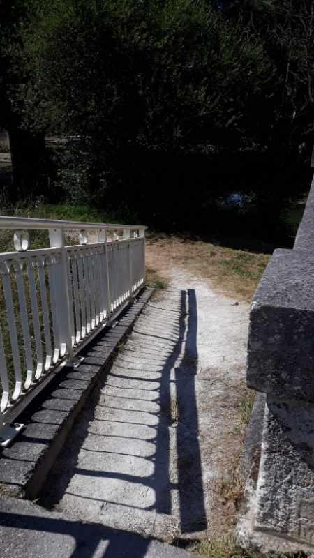 La promenade nature à Jonzac repart après avoir traversé l'avenue Gambetta