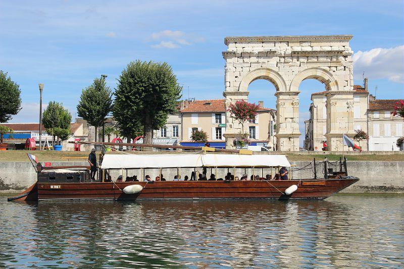 Arc de Germanicus à Saintes et gabare sur la Charente
