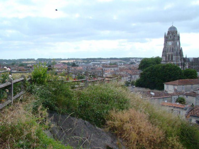 Vue sur Saintes et la cathédrale Saint-Pierre