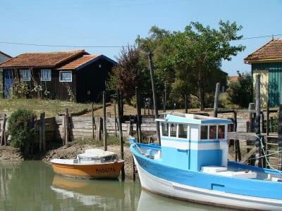 Maison ostréicoles et bateaux sur l'estuaire de la Seudre qui débouche sur l'île d'Oléron