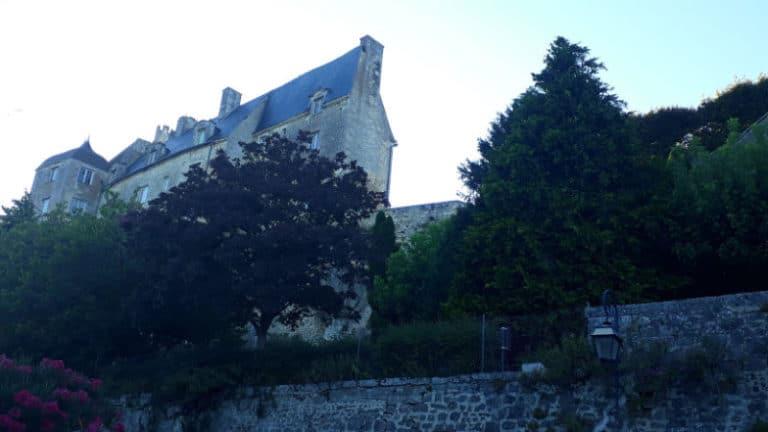 Vue des remparts et du château de Pons