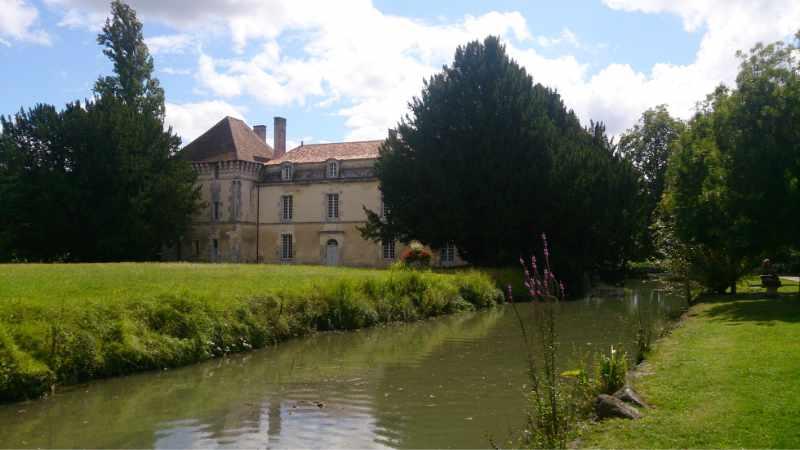 Château de Lignières-Sonneville, village de pierres et de vignes